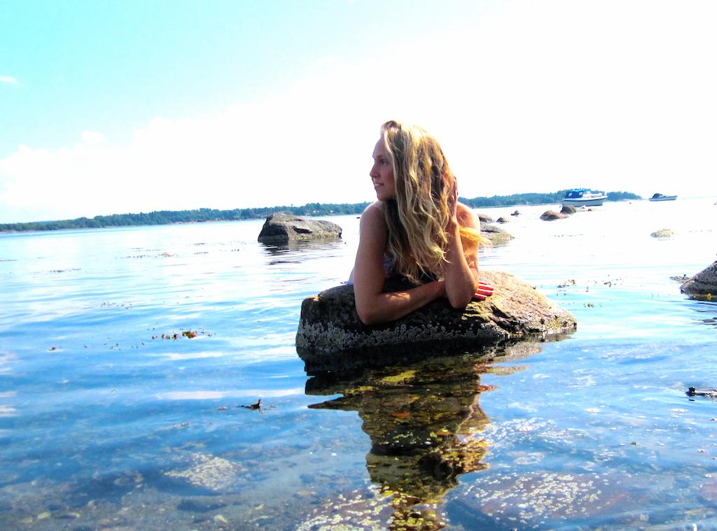 Fanny ved sjøen. Foto.