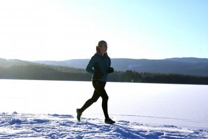 Hilde løper ute om vinteren. Foto.