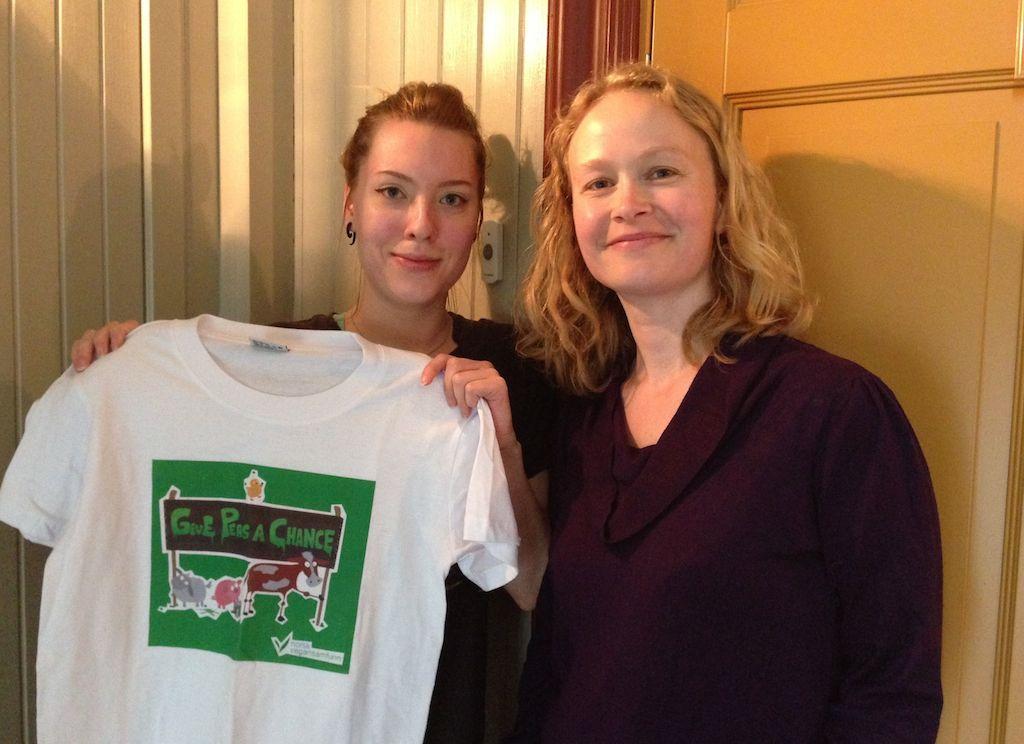 Quizvinner Aimee Lødemel og NVS-leder Marte Munkeli. Foto.