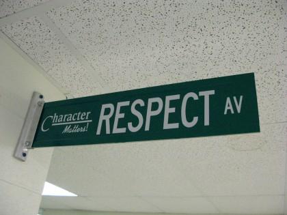 Skilt med ordet respekt. Foto.