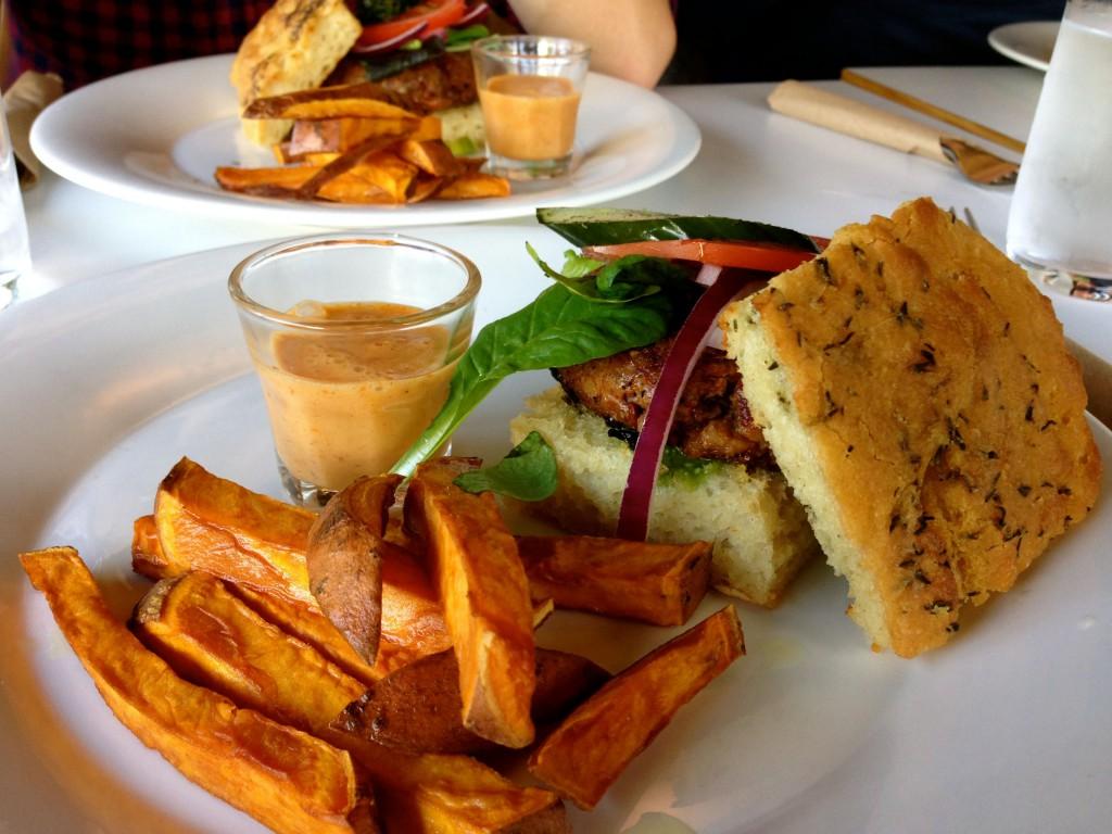 Bilde av to veganske burger og søtpotetfries på hvite asjetter på Funky Fresh Foods i Oslo.