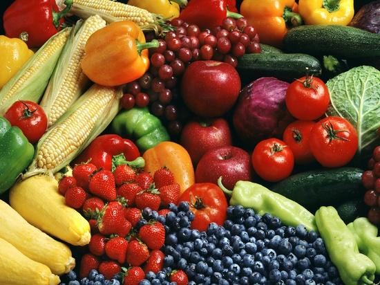 Fargerikt fotografi av jordbær, blåbær, mais, parika, druer, tomater, squash og agurk.