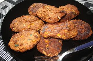 Åtte hamburgere i svart stekepanne