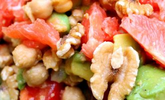 Nærbilde av en salat bestående av blant annet valnøtter, avokado og grapefrukt