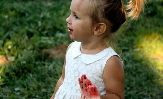 barn spiser vannmelon