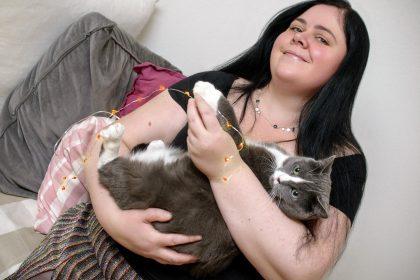 Mari Hult med katt
